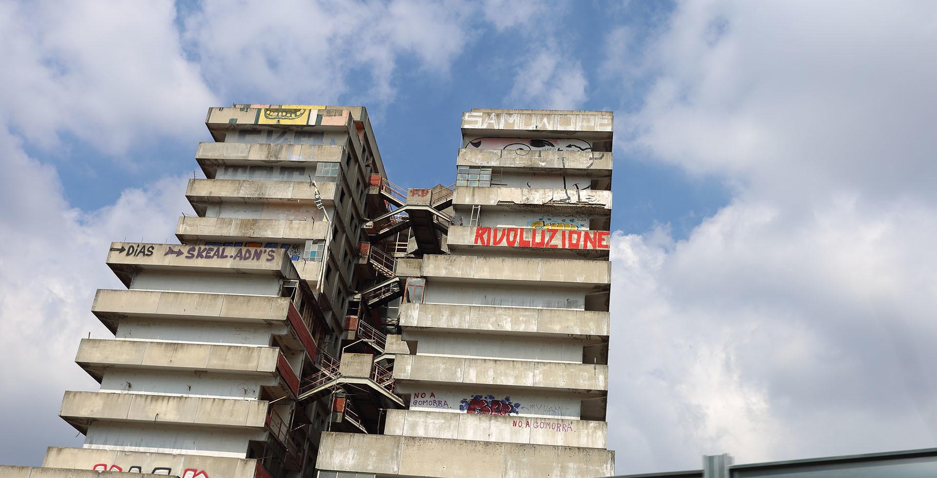 Las Velas de Scampia, cubiertas de grafiti