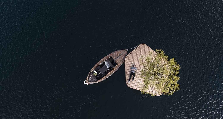 Una persona descansa en la isla CPH-Ø1.
