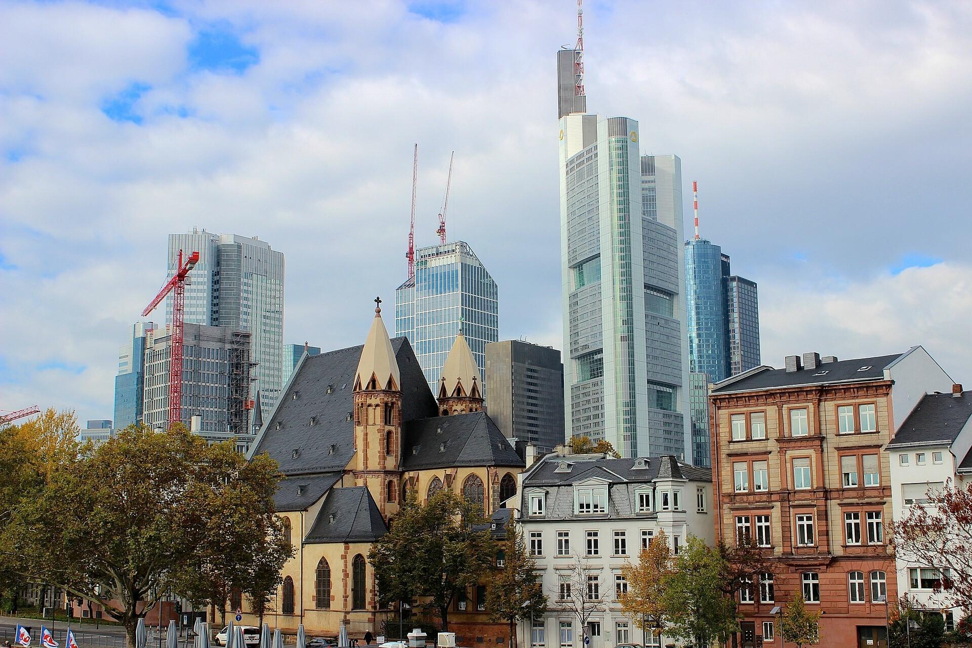 Rascacielos de Fránkfurt frente a viviendas clásicas alemanas.