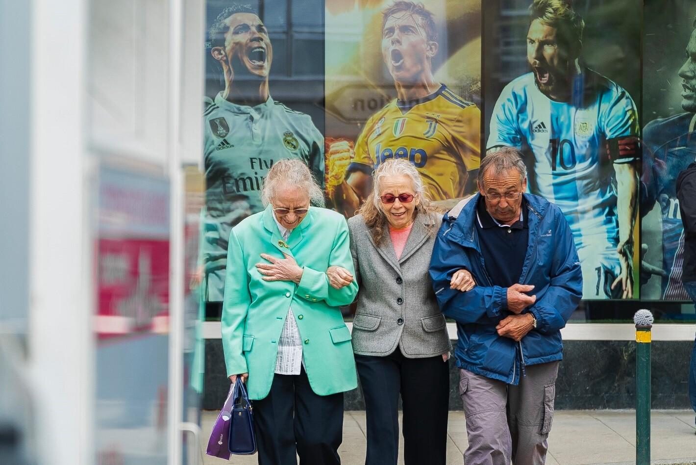 personas mayores en la calle