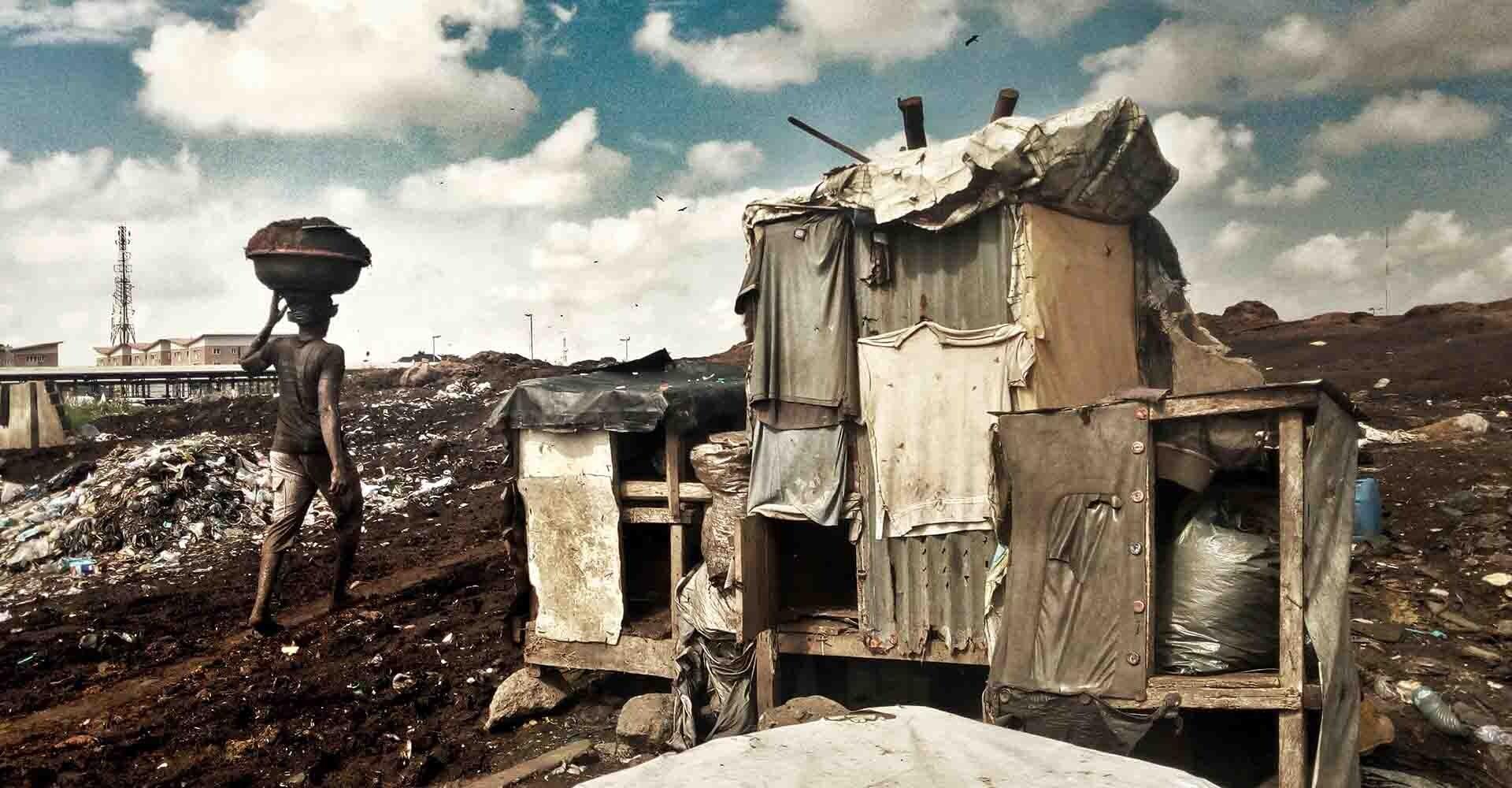 Un hombre carga peso en su cabeza en Lagos, Nigeria.