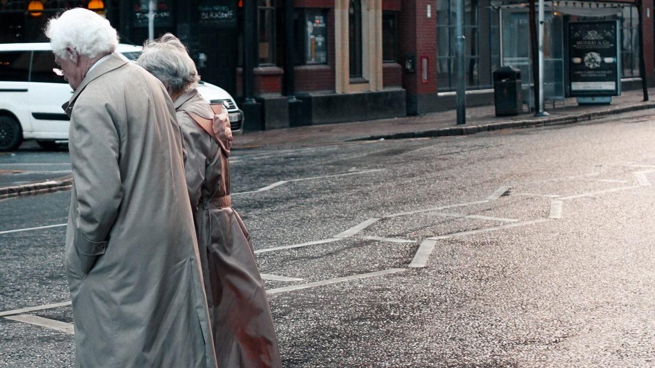 pareja ancianos paseando