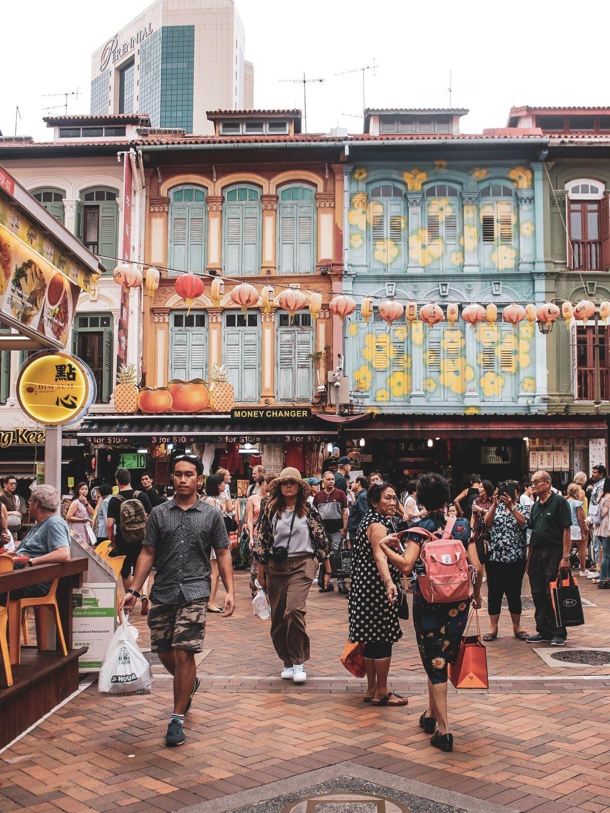 gente caminando en una plaza de singapur