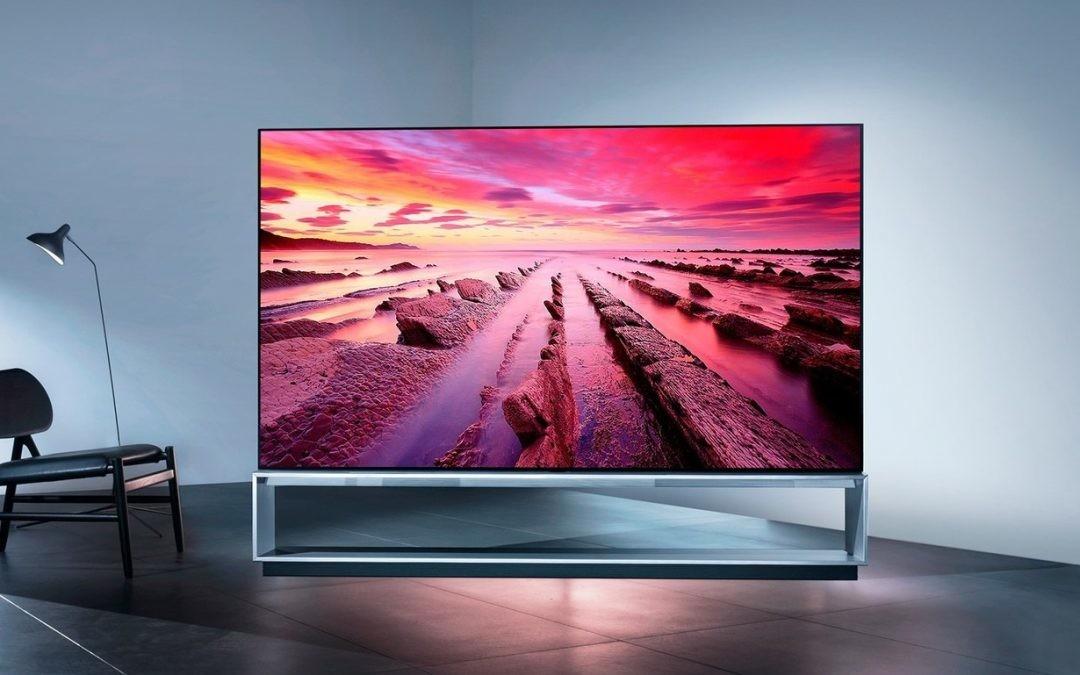 De levantarte media docena de veces en los anuncios a hacerlo todo desde el móvil: así ha evolucionado el control del TV