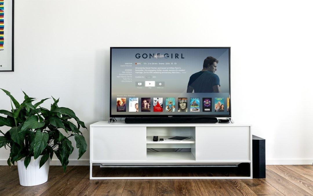 Un par de chicos listos: smartphones y smart TVs, la revolución del ocio tecnológico mano a mano