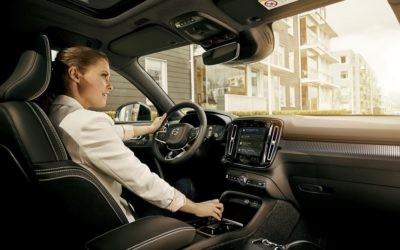 Es en el coche donde el control por voz resulta más útil y estas cuatro funciones te lo demuestran