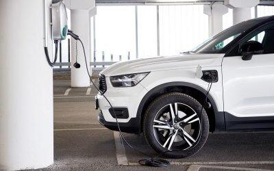 Cinco consejos para ahorrar con un coche eléctrico cuando la luz está por las nubes